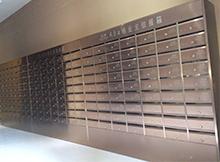 小区居民可以使用不锈钢信报箱来提取日常所需物品